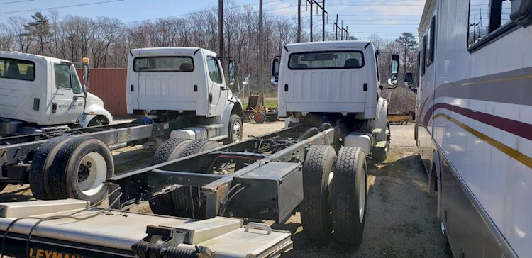 2010 Freightliner MM106042S - Freightliner Cab Chassis Trucks